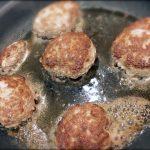 材料4つ!焼き時間5分で超簡単ジューシーハンバーグレシピ。新年会やお弁当にもおすすめです。