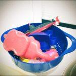 お風呂のおもちゃはザルひとつぶん。1イン1アウトのお約束でお風呂場をスッキリ保つ
